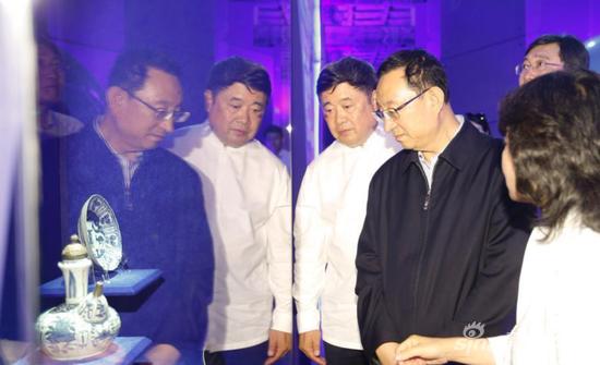 图为文化部部长雒树刚(中)与故宫博物院院长单霁翔(左)一同参观展览。