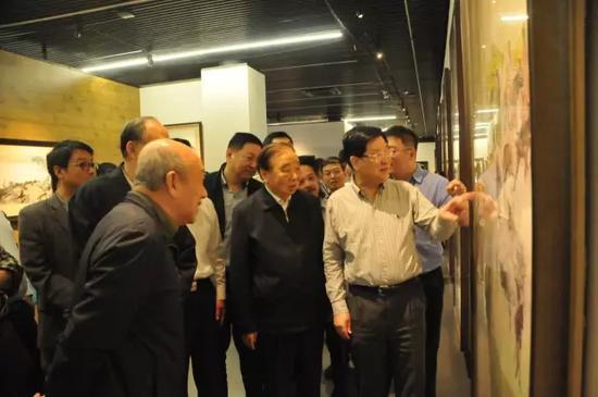 萧平老师在展览现场向嘉宾讲解.