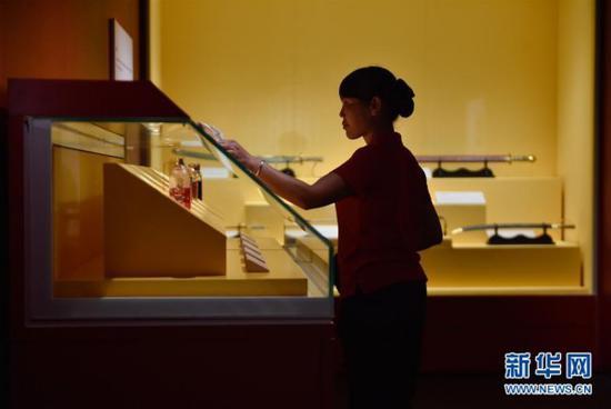5月10日,保洁人员在故宫鼓浪屿外国文物馆内擦拭陈列柜。