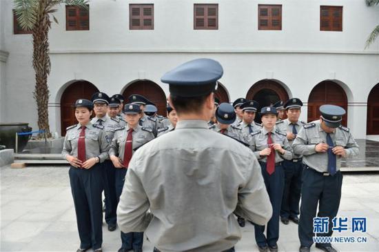 5月11日,安保人员在故宫鼓浪屿外国文物馆前整理仪容