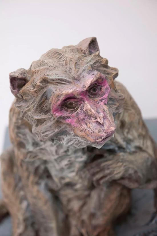 """陈冲 《耍猴人》 玻璃钢着色 造型学院雕塑系,指导教师:隋建国、吕品昌、张伟、于凡、展望、王少军 """"本作品是立足于对传统技艺的江湖生态的关注,从现实面对其存在价值与意义的追问,试图接近一众生命的具象。"""""""