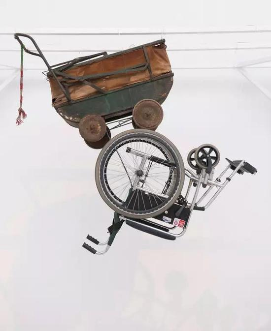 """申宝华 《相向》 装置、动画 实验艺术学院,指导教师:张国龙 """"曾经父亲推着婴儿车中的我走向人生的旅程;曾经我也推着轮椅上的它缓缓前行。车轮依然在旋转,闪动在我的记忆、我的时光、我的生命中。"""""""