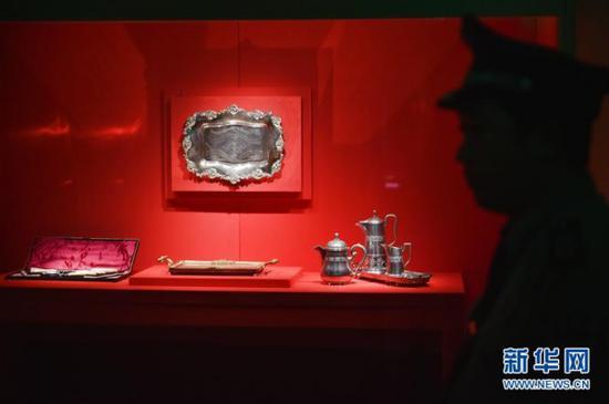 5月11日,安保人员在故宫鼓浪屿外国文物馆内执勤。