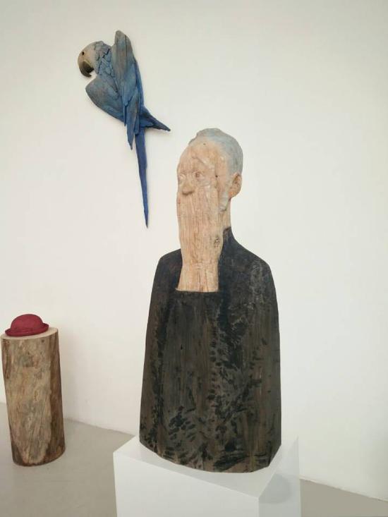 """王明泽 《驻》系列 樟木 造型学院雕塑系,指导教师:王伟 """"驻是一种状态,既是人或物充满故事性的瞬间;又是制作中停下来反复推敲的过程。"""""""