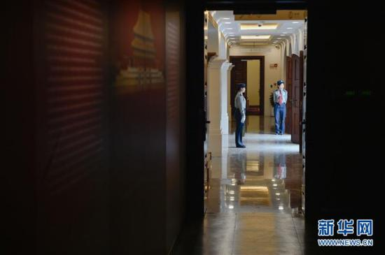 5月11日,安保人员在故宫鼓浪屿外国文物馆内执勤。2