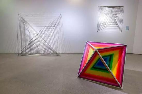 """王成普 《V2于空间》 不锈钢、木 造型学院雕塑系,指导教师:隋建国、吕品昌、张伟、于凡、展望、王少军 """"在等腰三角形中三边比例为1:1:V2,一个边长为单位1的正方形中对角线即为V2。如果在对角线不变的情况下将二维转向三维空间,那么随着二维空间面积的不断压缩而成了不断变化商城的三维空间。"""""""