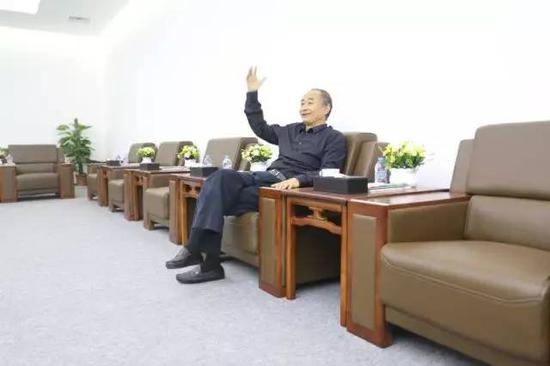 严陆根博士与记者朋友分享故事