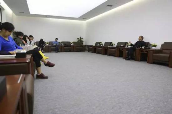 严陆根博士在百家湖美术馆贵宾室接受媒体群访