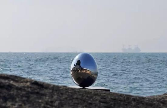 陈文钦 《站立的蛋(一粒微尘)》直径60cm.高80cm