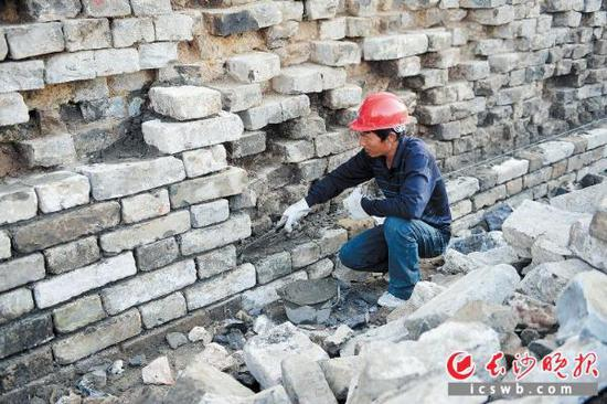 这是停工前工人在明中都皇故城遗址修缮古城墙。 IC供图