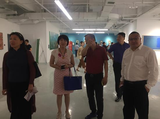 百家湖国际文投总裁黄炳良(右一)在展览现场
