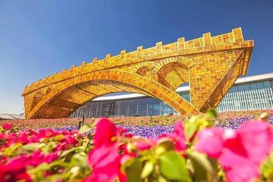 """鲜花环绕的""""丝路金桥"""""""