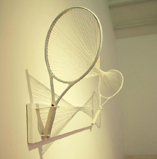 周文斗《两个网球拍》网球拍子,铁板,200x80x45cm,2009