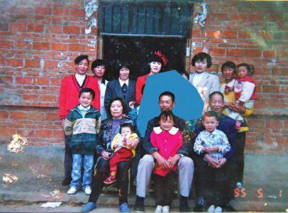 1995年,怀抱孙女的谭福全