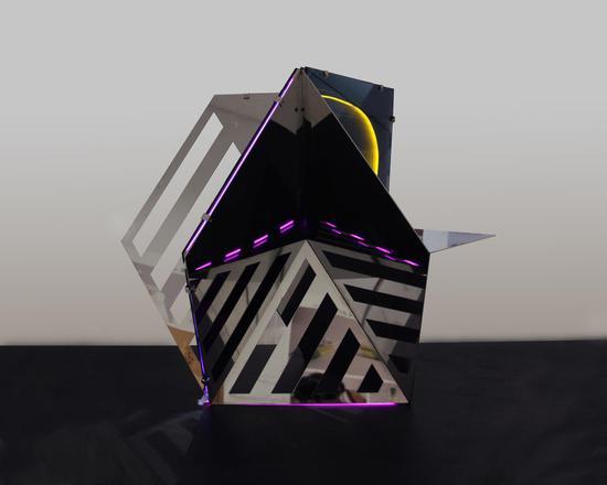徐子薇《光的维度》镜面不锈钢、led灯、玻璃,1000x1000x1000mm,2016