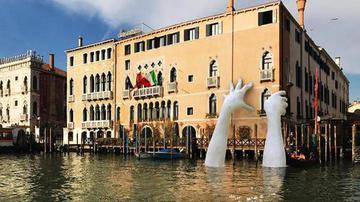 威尼斯建巨手雕塑呼吁环保 网友吐槽