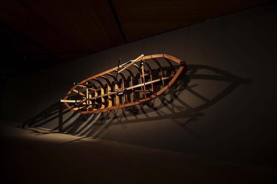 张沐辰《西西弗斯之船》互动装置,木材、电机、微处理器、桨,尺寸可变,2016