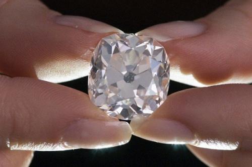 钻戒的主人在30年前花10英镑购得钻戒。图为钻戒上的垫形白钻。