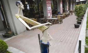 一座成年男子当众撒尿的雕塑作品