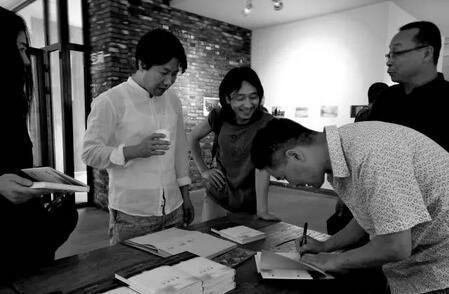 徐弘滨为读者签名