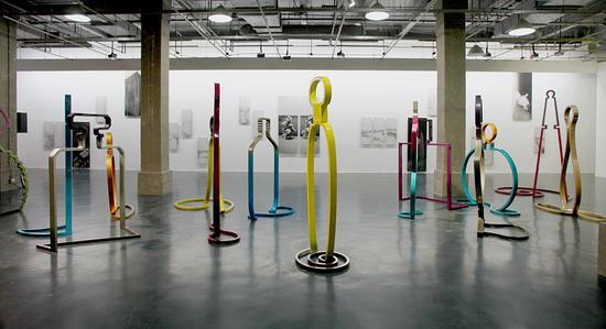 慕辰《傲慢与偏见》不锈钢、烤漆,尺寸不等,2011