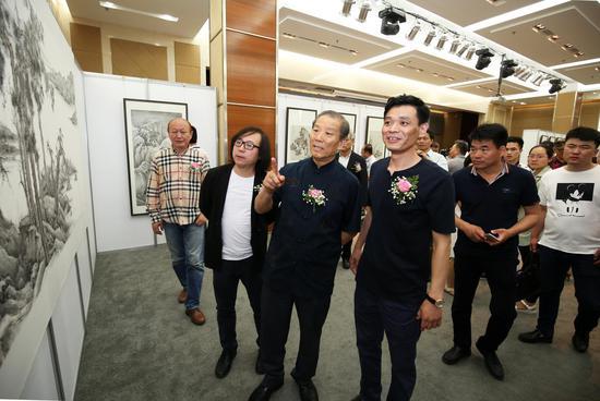 朱赓博陪同恩师程大利先生、唐辉先生观赏作品