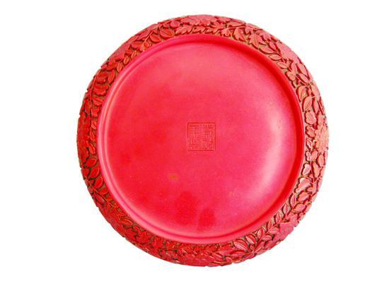 清代龙凤戏珠纹剔红圆盘背面