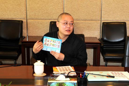 景绍宗展示《儿童游戏(一)》邮票
