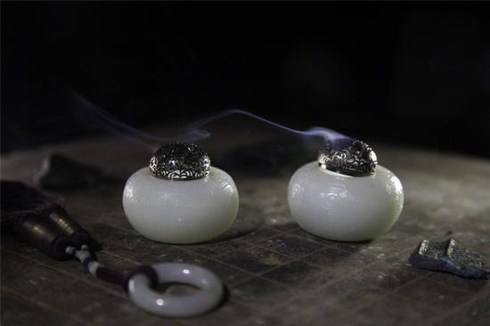 玄鸟纹香炉   Lot 3615   RMB:35,000-58,000   USD:5,100-8,400  俄罗斯白玉、9K金、黑金工艺。  作品雕刻西周玄鸟纹,9K金炉顶,亦可作笔洗。