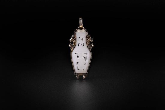 """白玉瓶坠饰  Lot 3611  RMB:20,000-40,000  USD:2,900-5,800  俄罗斯白玉、14K金、黑金工艺。  白玉瓶立体透雕招财送福童子,以""""瓶""""为谐音,  寓意平安、纳财。"""