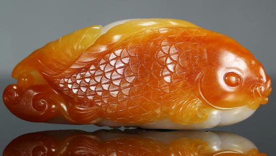 吴灶发 和田玉籽料如鱼得水挂件    5.9x2.4x1.7cm 37g 款识:尚凡
