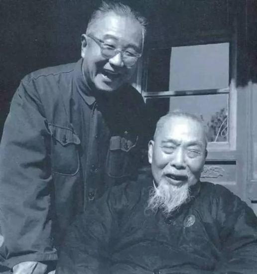 20世纪60年代末,启功先生(左)和他的老师、北京师范大学校长陈垣合影。