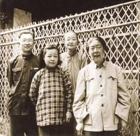启功五十年代与家人的合影。从左至右:启功、启功的夫人、启功的母亲、启功的姑母