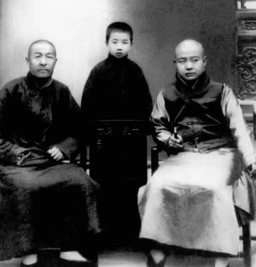 11岁的启功(中)和祖父裕隆(左)以及姑姐丈在一起。这是目前发现的启功最早的一张照片。