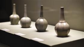 展览现场展出的八棱瓶对比