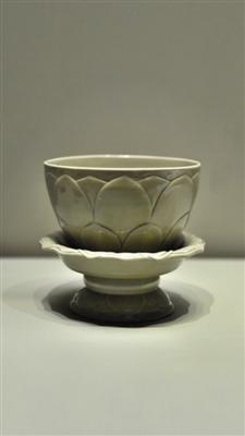 苏州博物馆藏五代秘色瓷莲花碗,该碗于1956年在苏州虎丘云岩寺塔发现,后入藏苏州博物馆,自此从未离开过苏州