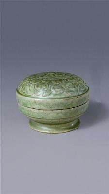 北京故宫博物院藏北宋越窑青釉刻划折枝花纹盒