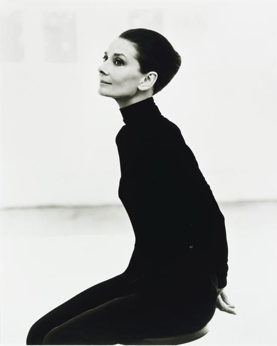 右:史蒂芬?梅塞(1954年生),《奥黛丽?赫本》,《Vanity Fair》,1991年,估价:2,000-3,000英镑
