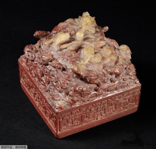 资料图:2016年12月14日,中国清代乾隆皇帝的一件玉玺在法国巴黎德鲁奥拍卖行拍卖,一位中国收藏家以2100万欧元获得。