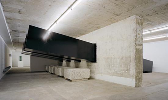 Santiago Sierra,《Construction and installation of TeerbeschichtetenForms, with the masses》,2002。摄影:Noshe。