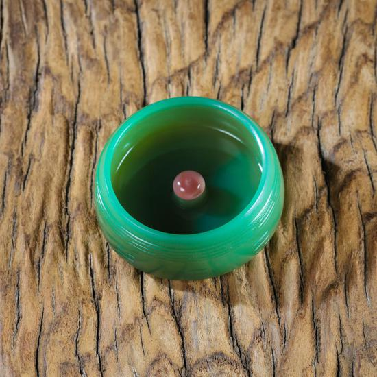 02198    曾堂贵  中国玉石雕刻名家    碧玉香插    规格:高2.0cm 直径5.4cm    重量:47g    白度:碧玉    脂份:极高    密度:极好    起拍价:无底价
