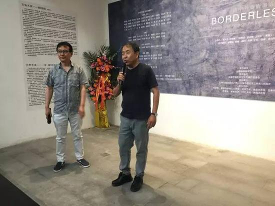 参展艺术家 、日本著名艺术家中川猛(右)致辞 旅日艺术家钱亚博(左)为其翻译