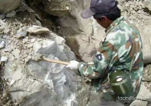 工人正在凿山料矿