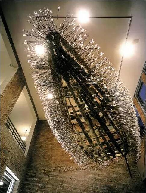 蔡国强《草船借箭》 152.4x720x230cm 1998 材料:木船 风帆 箭 金属 绳子 中国旗 电扇