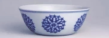 青花团花纹卧足碗
