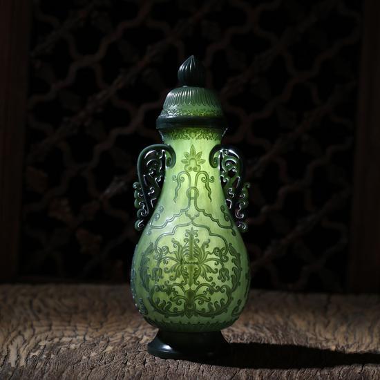02143郑志明  青玉薄胎花草双耳瓶