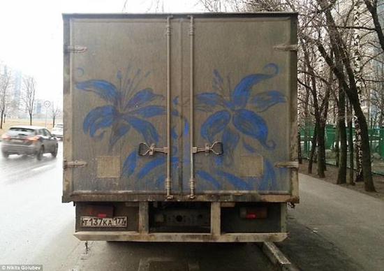 不局限于黑白,Golubev精心制创作了一对盛开的蓝色鲜花。