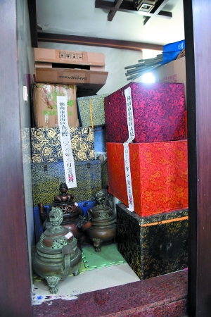 """黄先生家的杂物间堆满了""""古董""""。"""