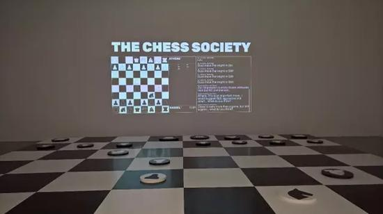 Bili Bidjacka的国际象棋对弈装置作品(Guojing Zhou)