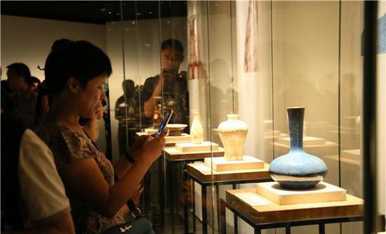 蓝釉长颈瓶 清(公元1644-1911年)